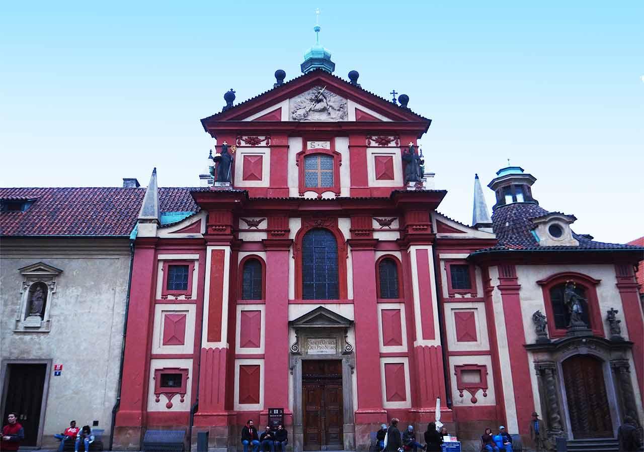 チェコ観光 プラハ城(Pražský hrad) 第三の中庭(3. nádvoří) 聖イジー教会(Bazilika sv. Jiří)