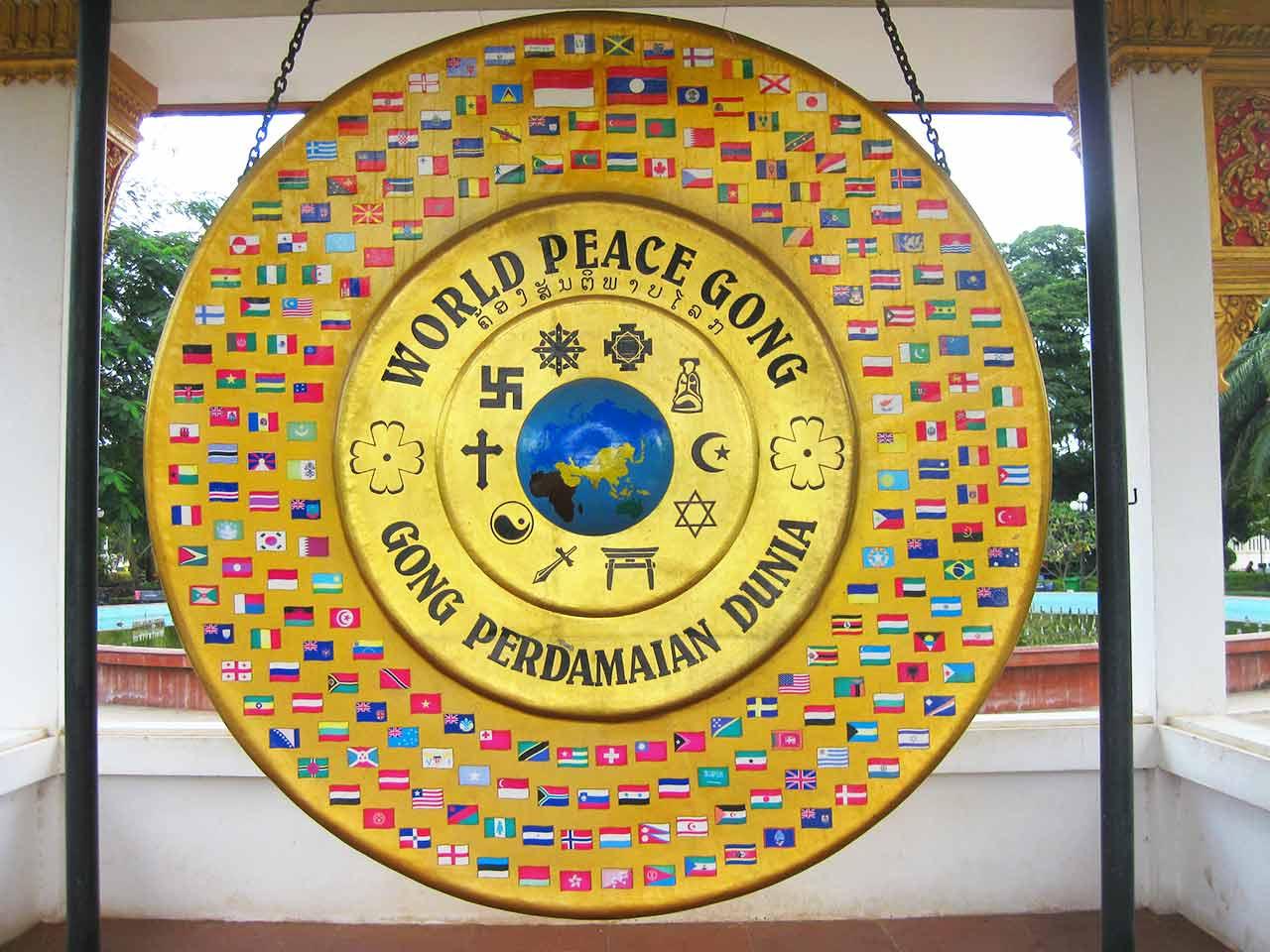 ビエンチャン観光 パトゥーサイ公園 World Peace Gong