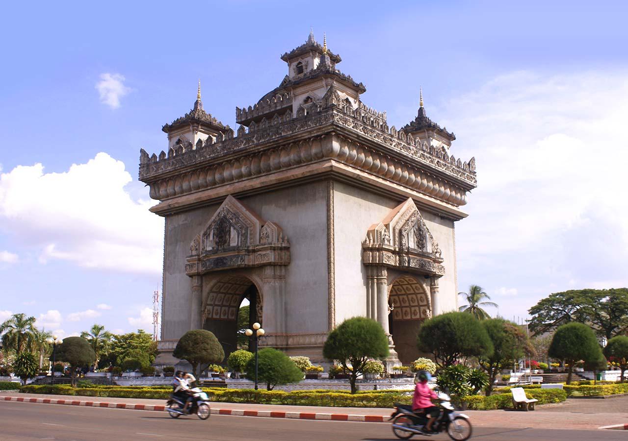 ビエンチャン観光 パトゥーサイ(勝利の門、Patuxai)