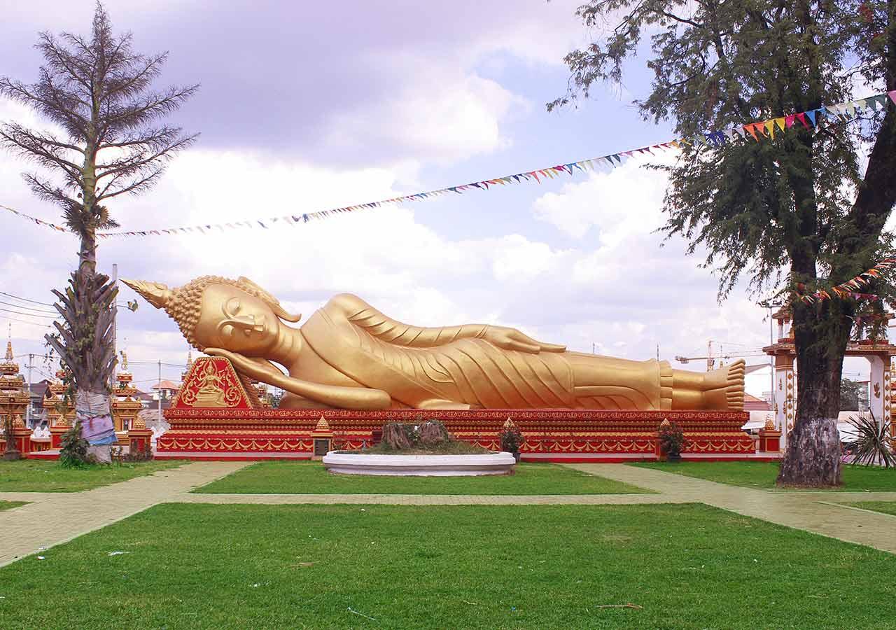 ビエンチャン観光 Vat that Khao(金の涅槃像)