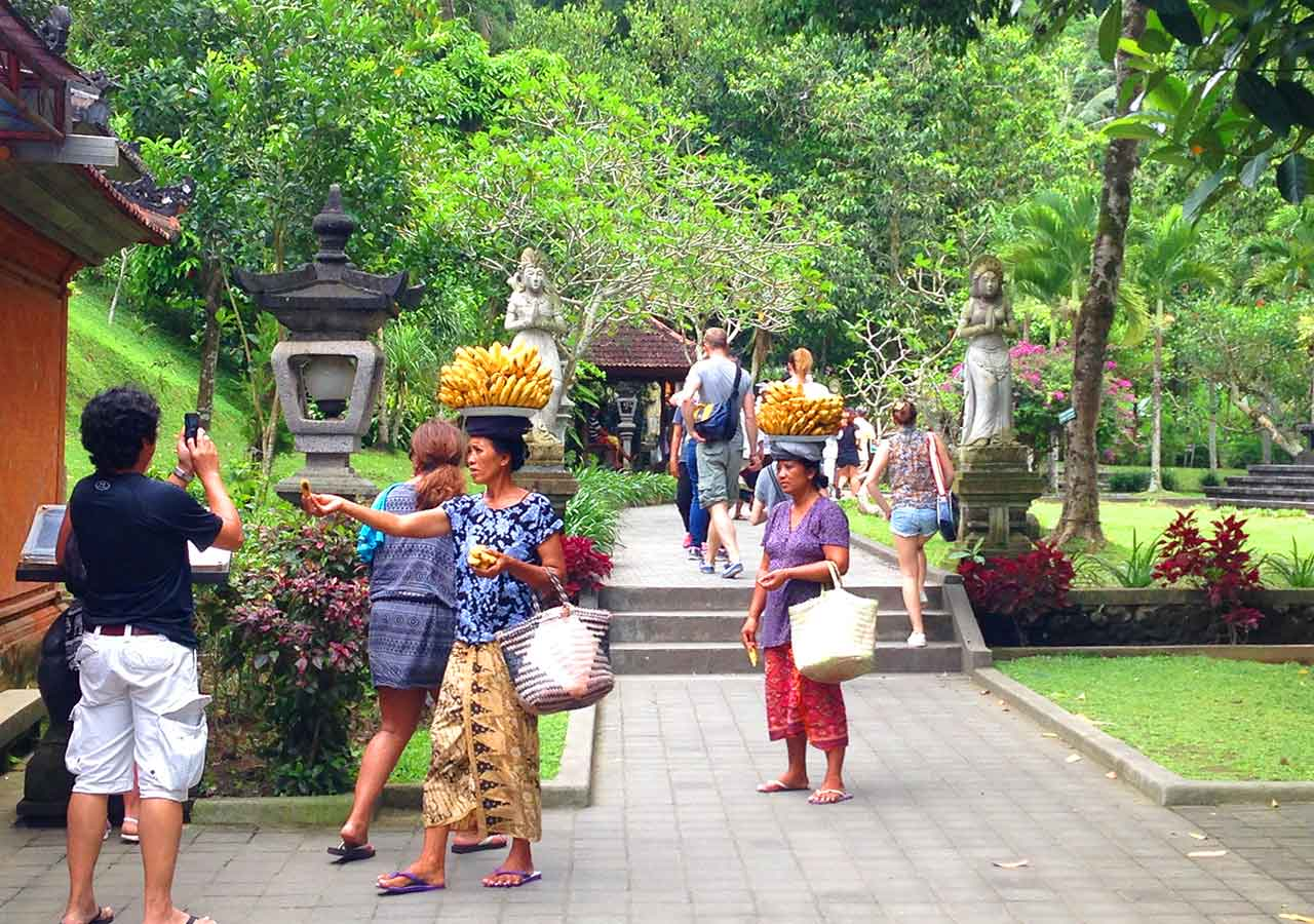 バリ観光 ティルタウンプル寺院 バナナ売りのおばさん