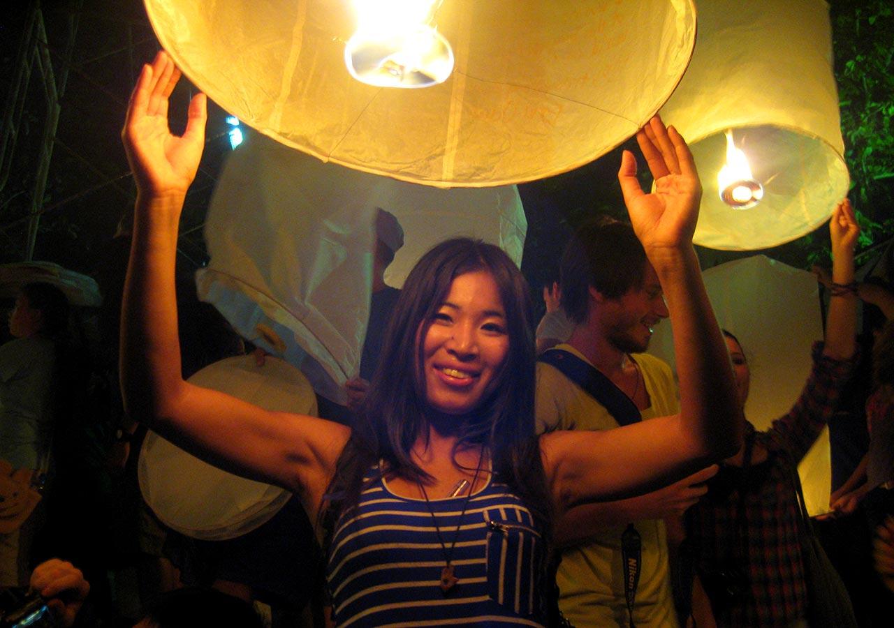 タイ・チェンマイ観光 ローイクラトン(ランタン祭り)でランタンを上げる