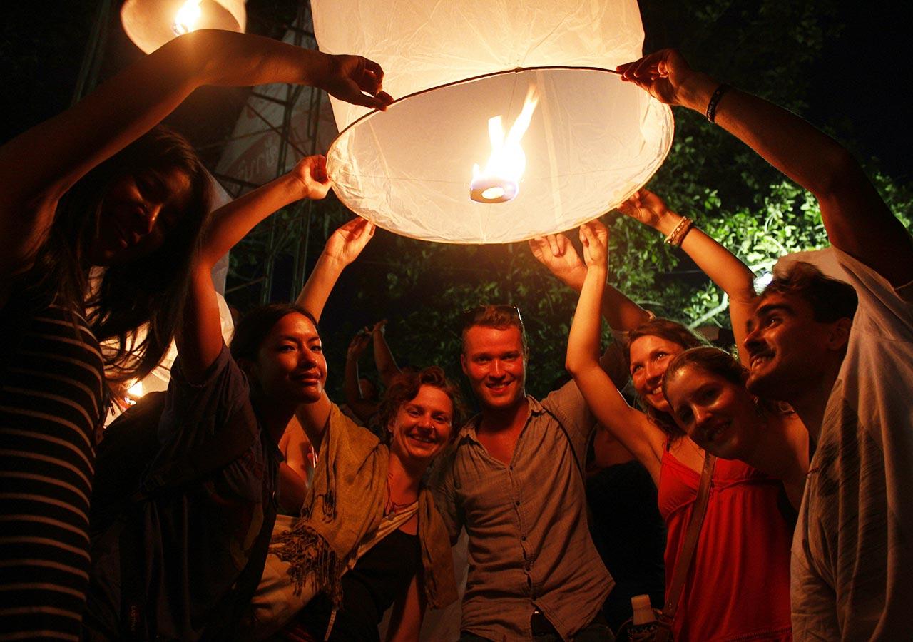 タイ・チェンマイ観光 ローイクラトン(ランタン祭り)ランタンをあげるところ