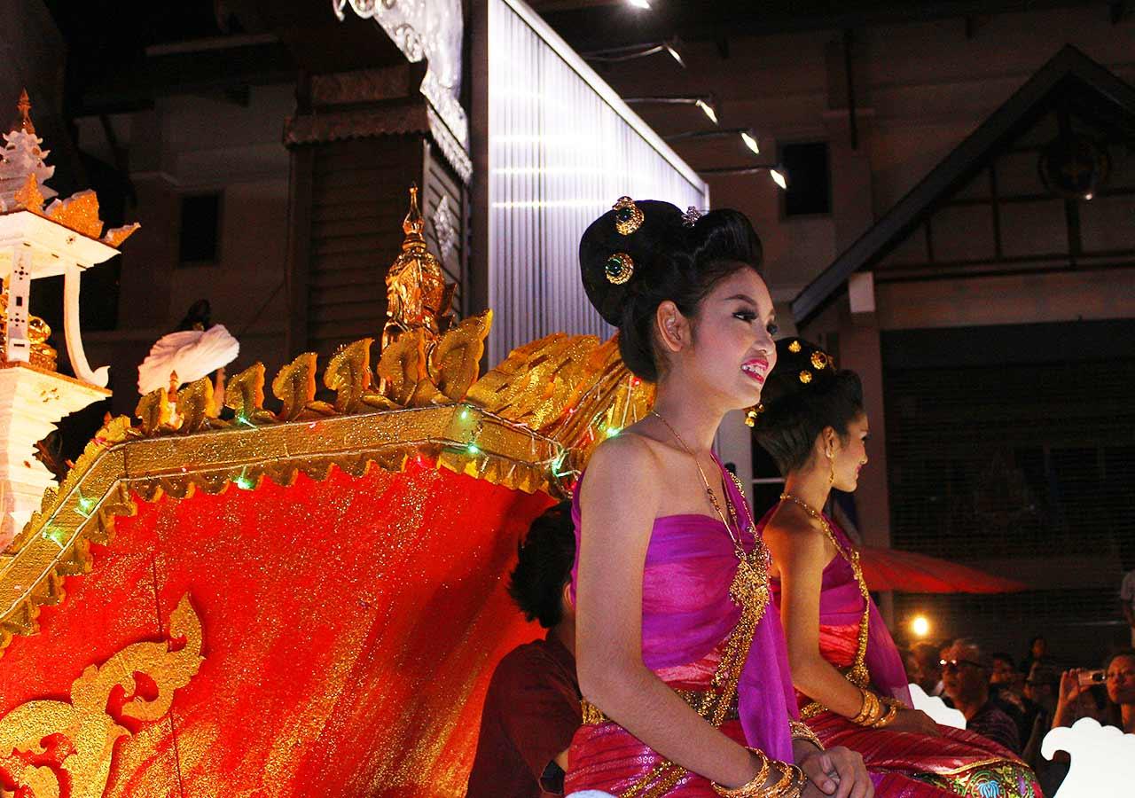 タイ・チェンマイ観光 ローイクラトン(ランタン祭り)のパレード
