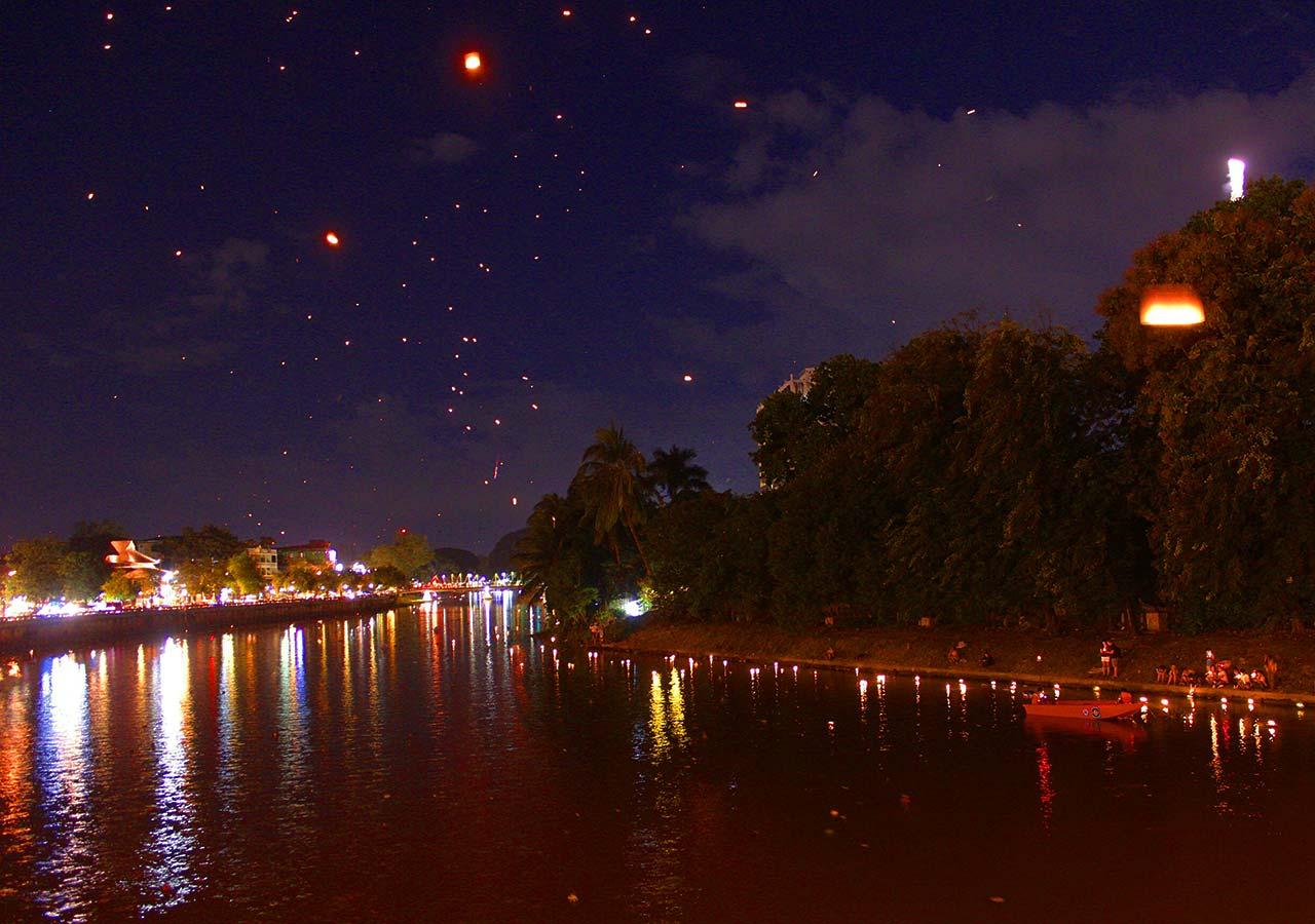 タイ・チェンマイ観光 ローイクラトン(ランタン祭り)の灯篭流し