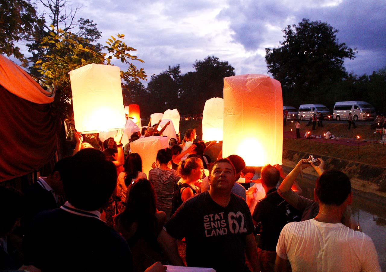 タイ・チェンマイ観光 ローイクラトン(ランタン祭り)大学近くの川