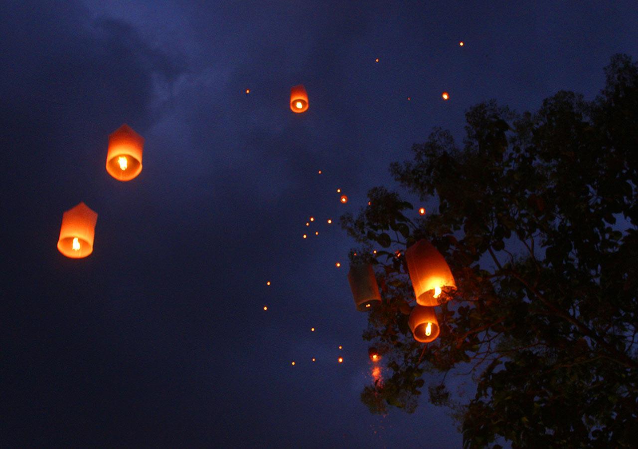 タイ・チェンマイ観光 ローイクラトン(ランタン祭り) 空に浮かぶランタンたち