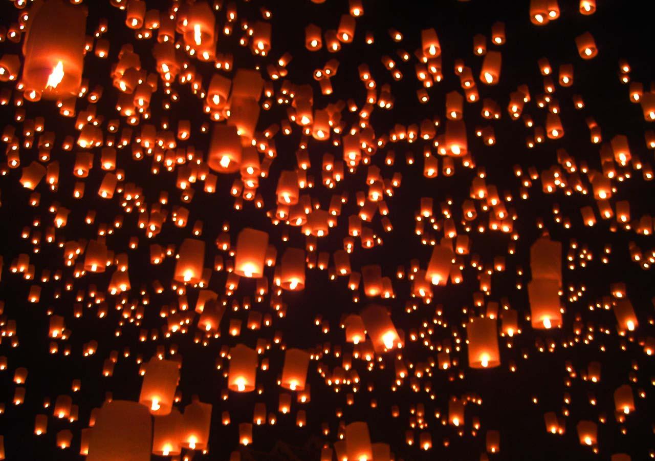 タイ・チェンマイ観光 ローイクラトン(ランタン祭り)の空いっぱいのランタン