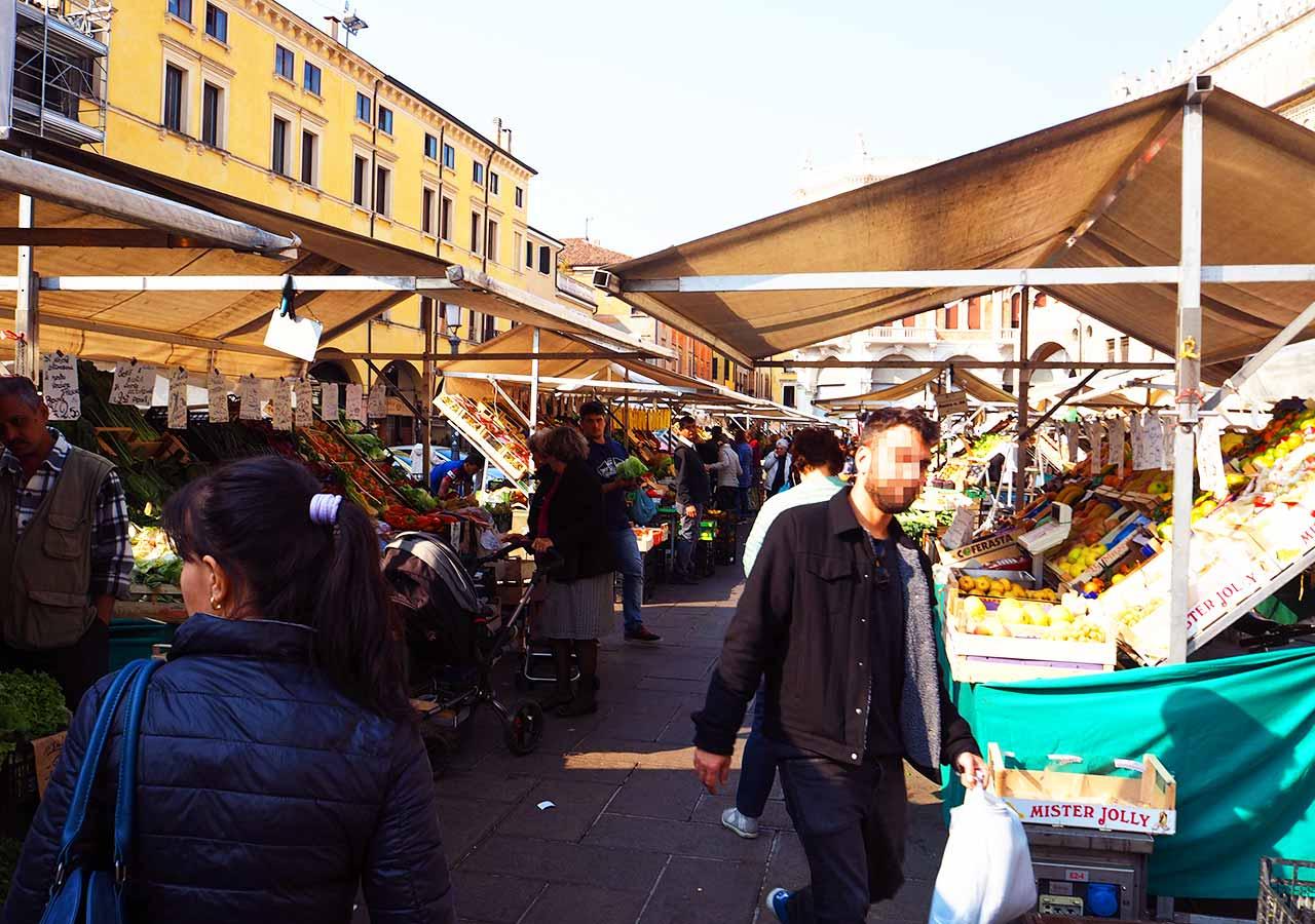 パドヴァ観光 エルベ広場(Piazza della Erbe)・フルッタ広場(Piazza della Frutta)