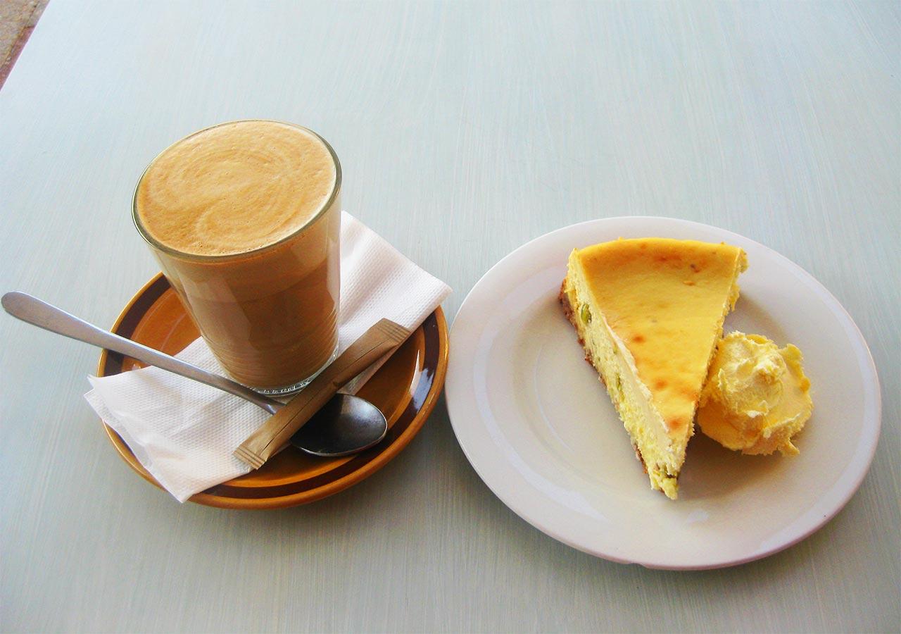 パース観光 イーストパース(East Perth) カフェ「トースト」のコーヒーとケーキ