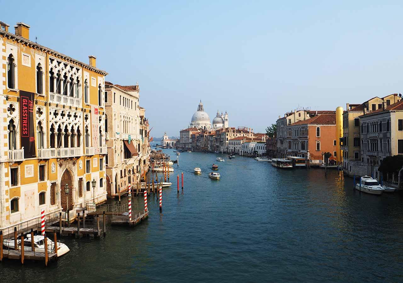 ベネチア観光 アッカデーミア橋(Ponte dell`Accaddemia)からの眺め