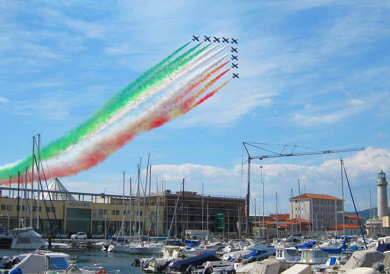 イタリア旅行 ジロ・デ・イタリア現地観戦 フレッチェトリコローリ(Frecce Tricolori)のアクロバット飛行