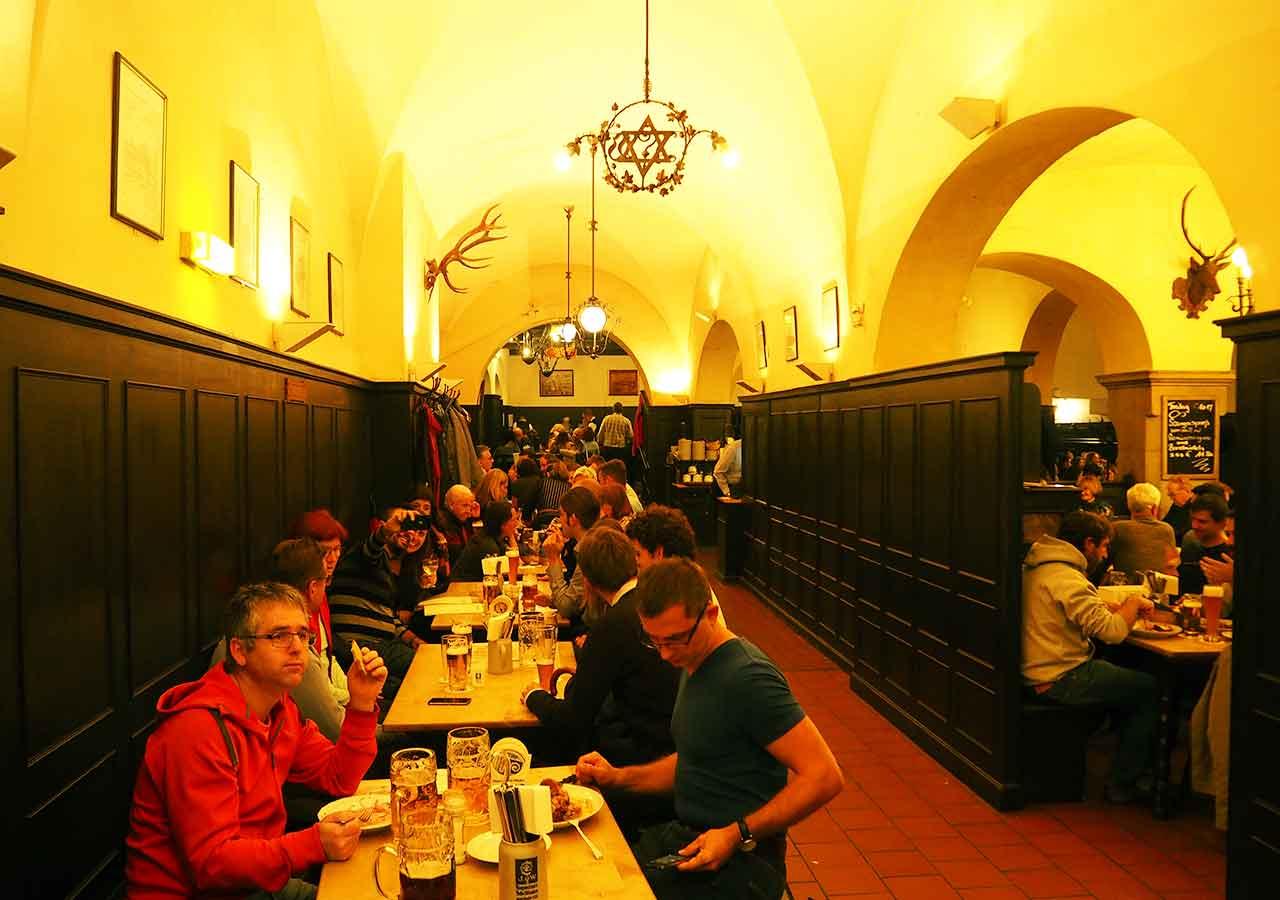 ミュンヘン観光 おすすめグルメ・ビール ツム・アウグスティナーの店内