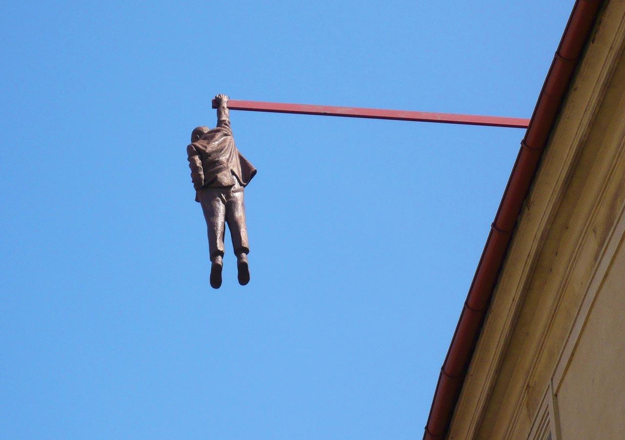 プラハ観光 ぶら下がる男(Man Hanging Out)