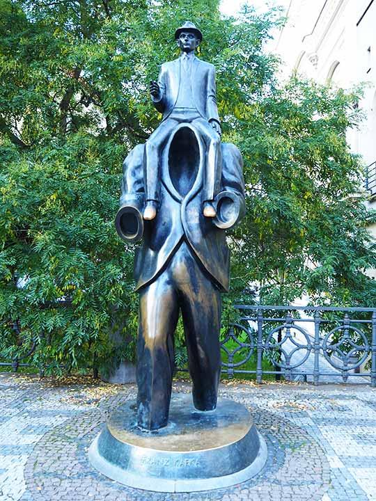 プラハ観光 フランツ・カフカの像(Franz Kafka Monument)