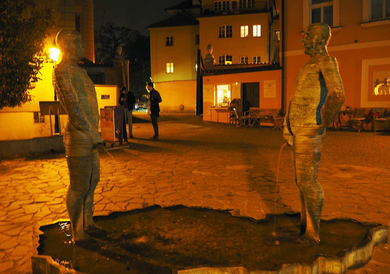 プラハ観光 フランツ・カフカ博物館(Franz Kafka Museum)の放尿する男たち