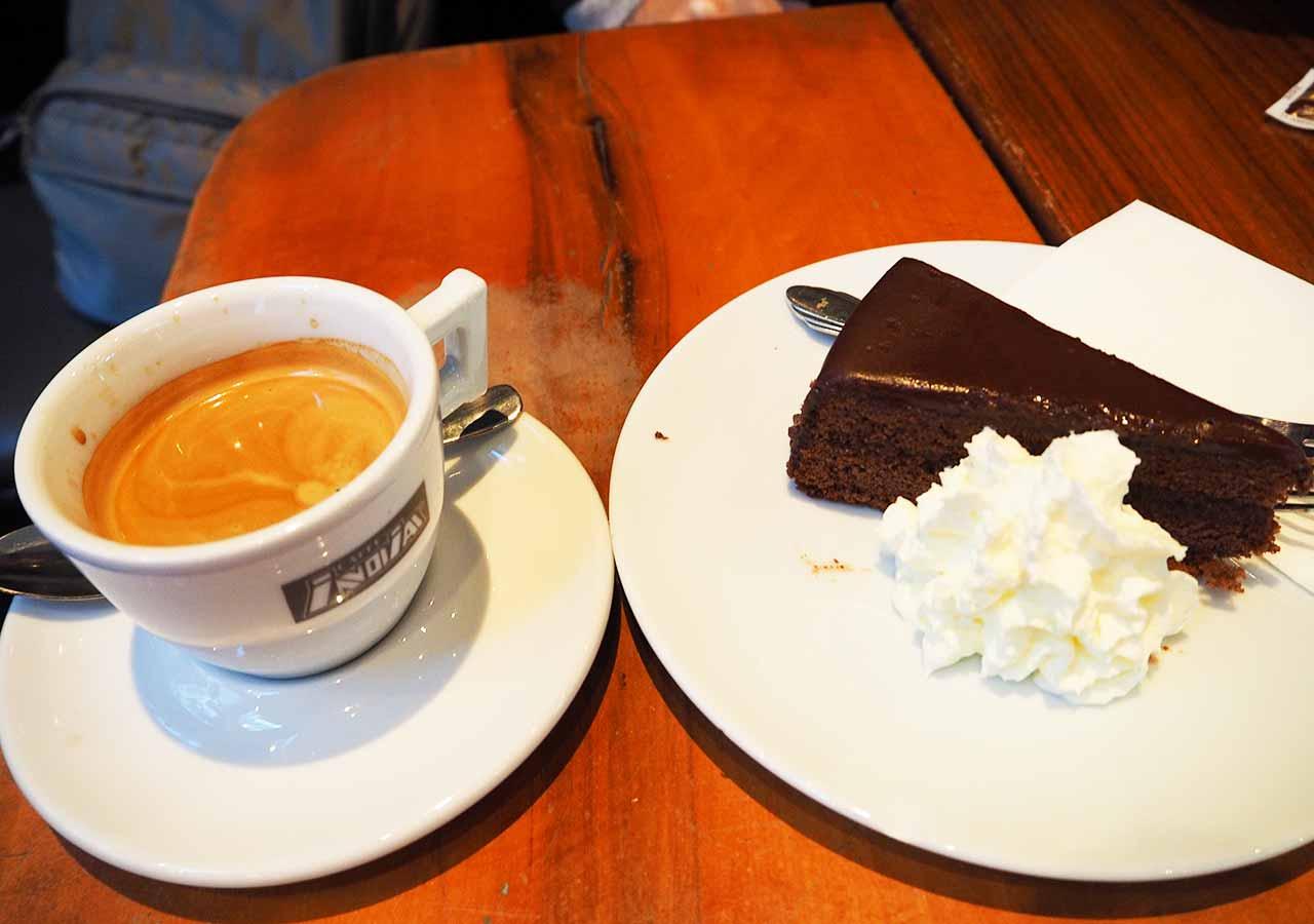 ウィーン観光 クンストハウスウィーンのカフェのザッハトルテ