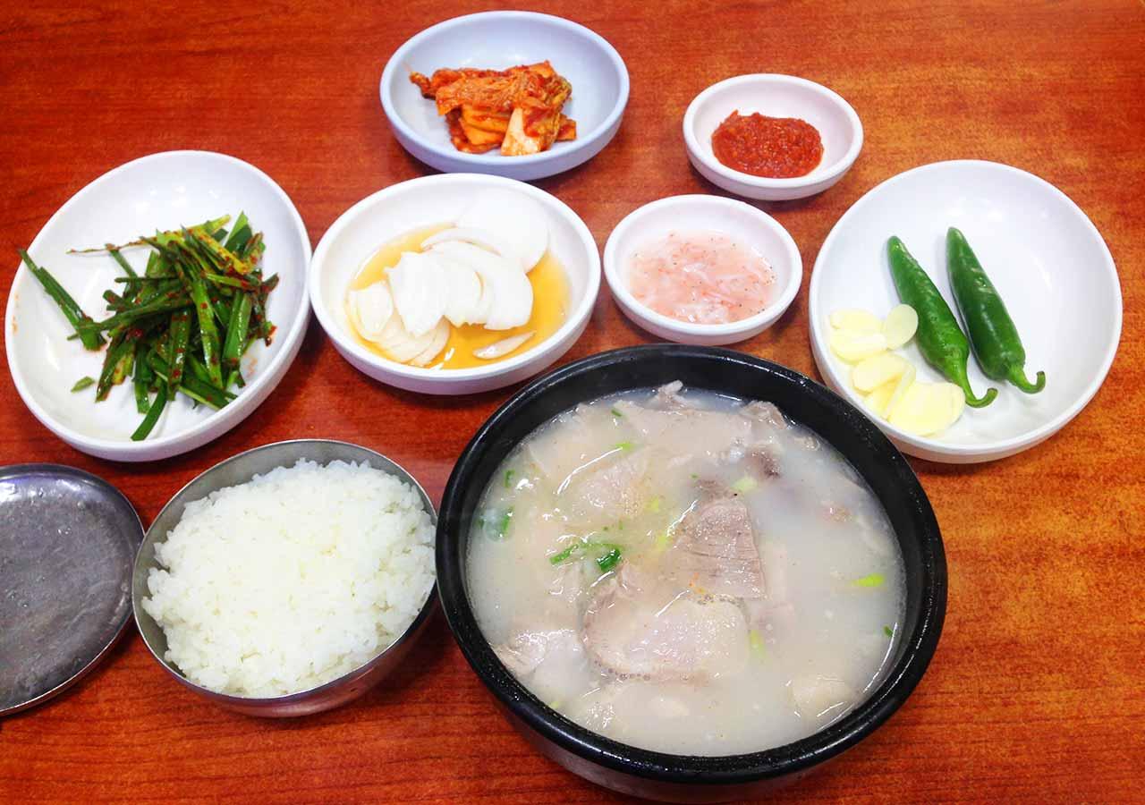 釜山観光 サンドゥンイテジクッパ の食事