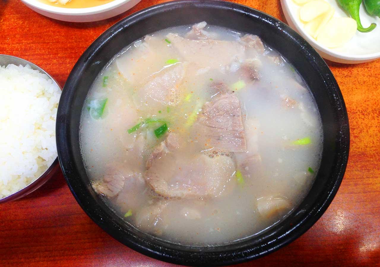 釜山観光 サンドゥンイテジクッパ のデジクッパ(豚肉のスープ)