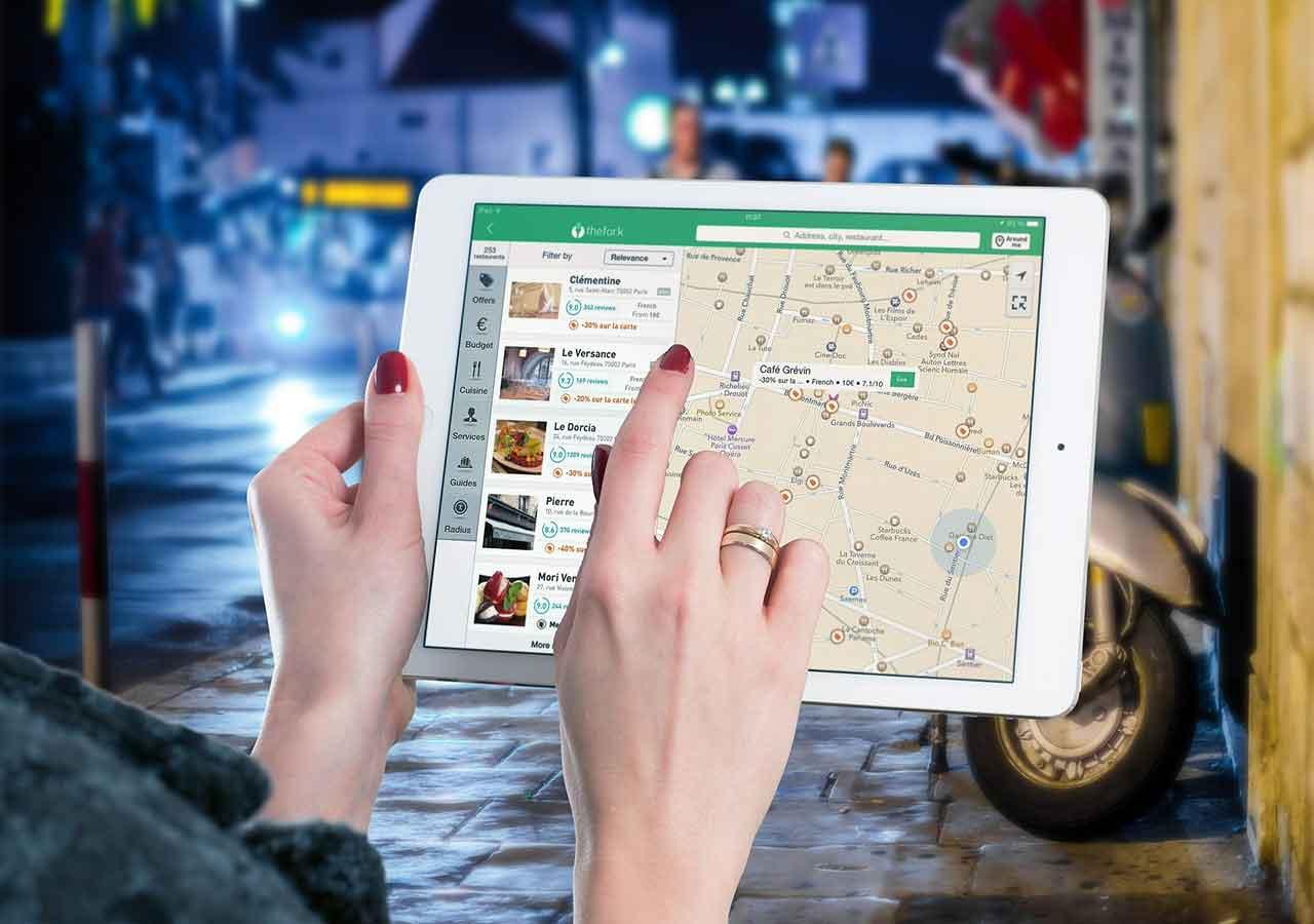 海外でタブレットで地図アプリを使用する画像