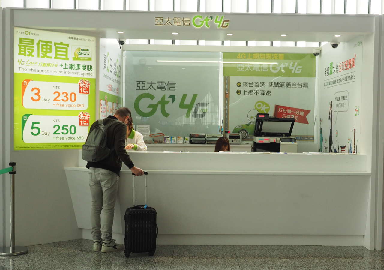 台北桃園空港のSIMカード販売カウンター