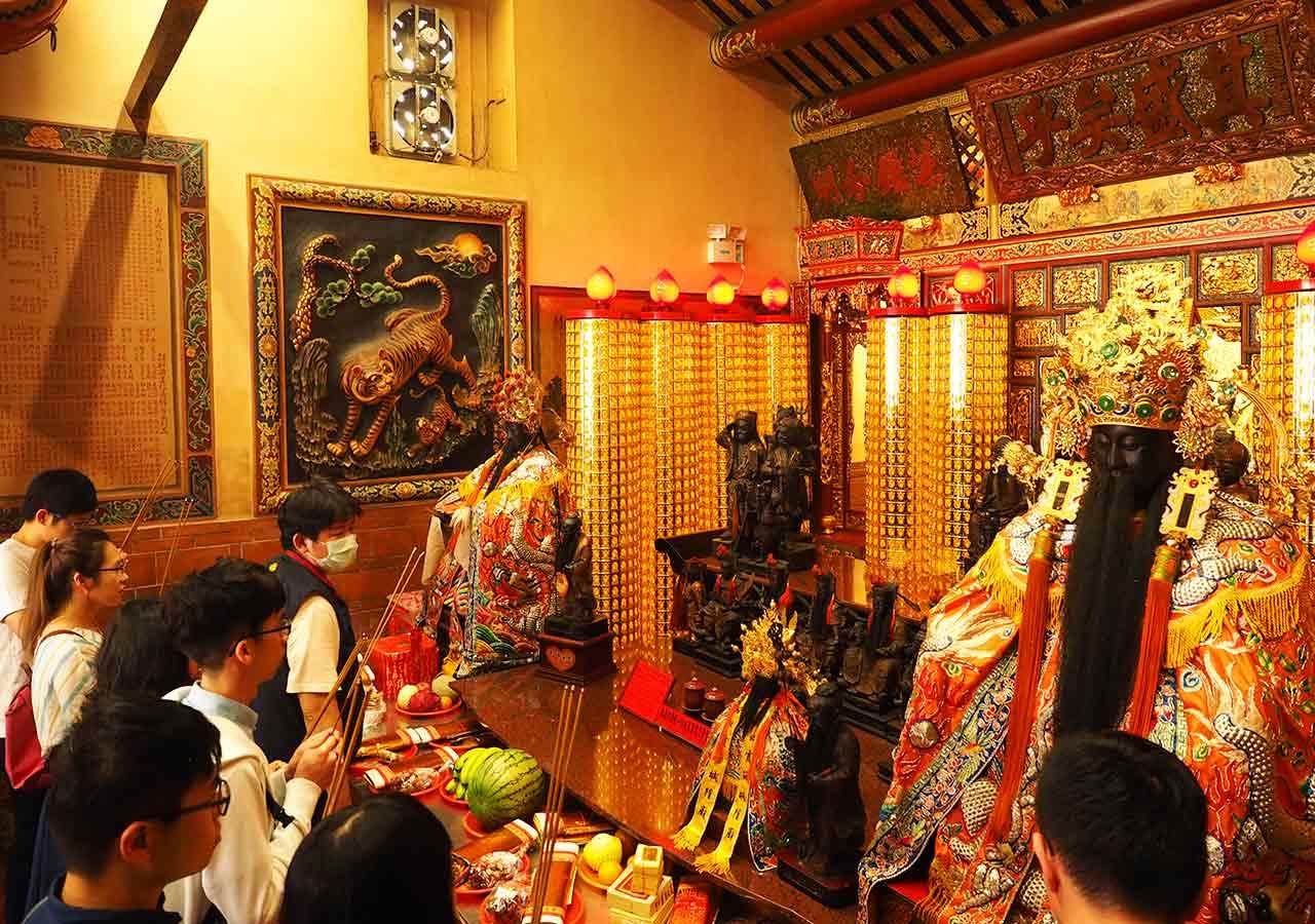 台北観光穴場スポット 霞海城隍廟の中