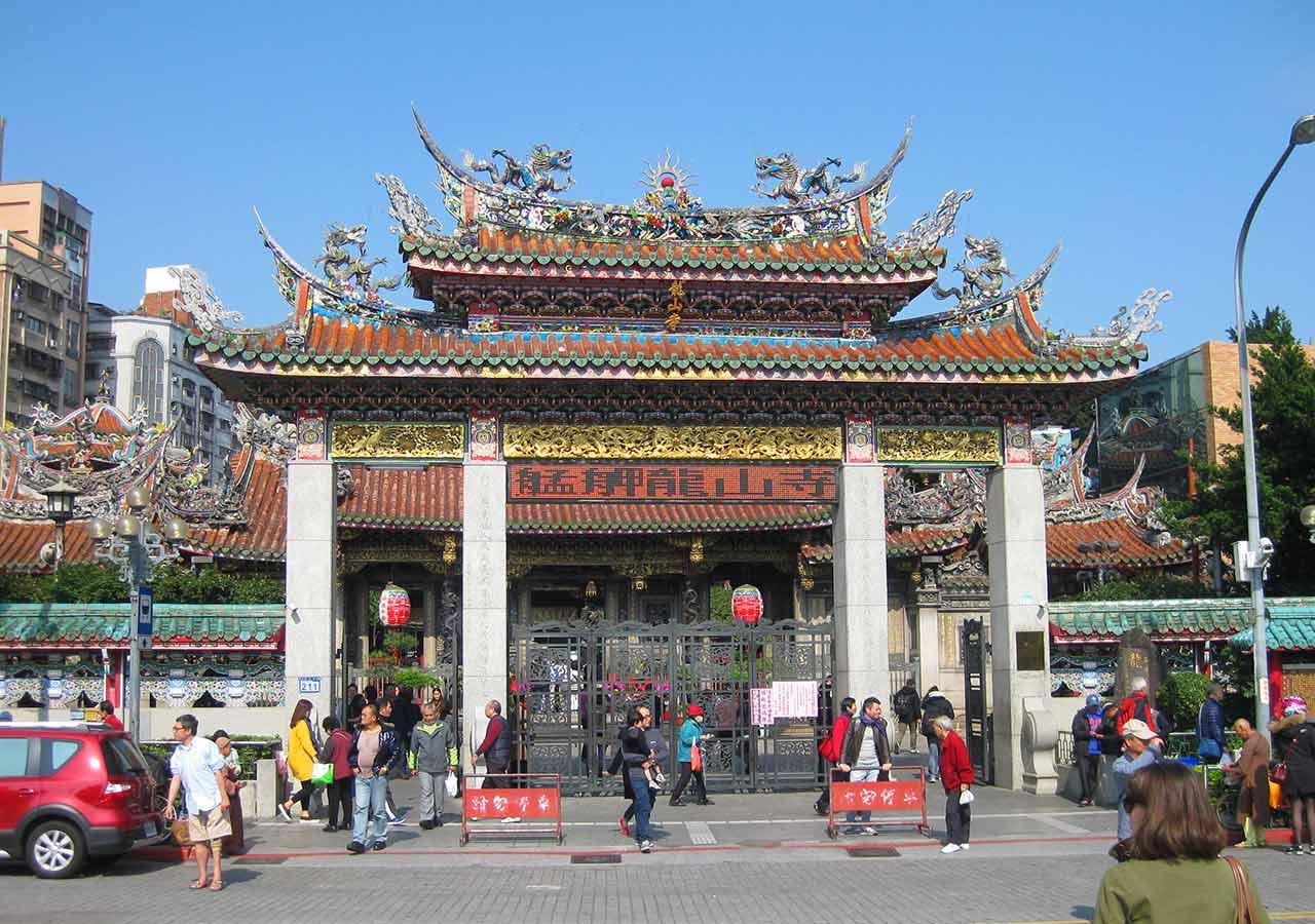 「8月の海外旅行!コスパ最強の治安・気候がいいおすすめの国は?」 台北の龍山寺