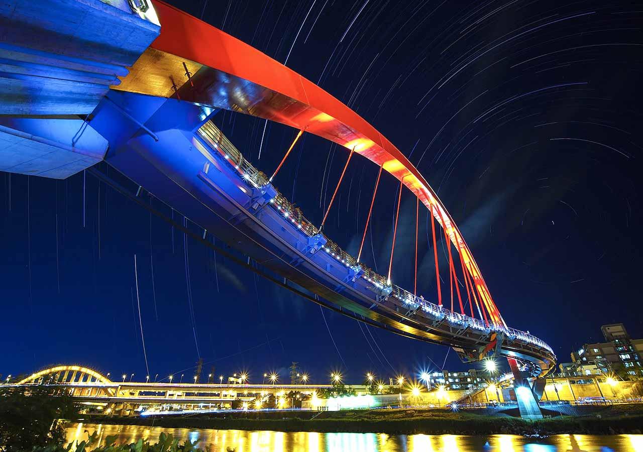 台北観光穴場スポット 夜の彩虹橋