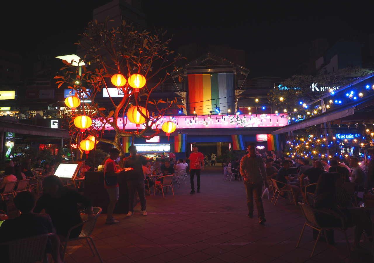 台北観光穴場スポット 夜の西門紅樓のバー