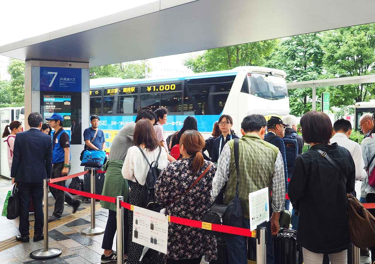東京 東京駅のTHEアクセス成田のバス乗り場 並んでる人々