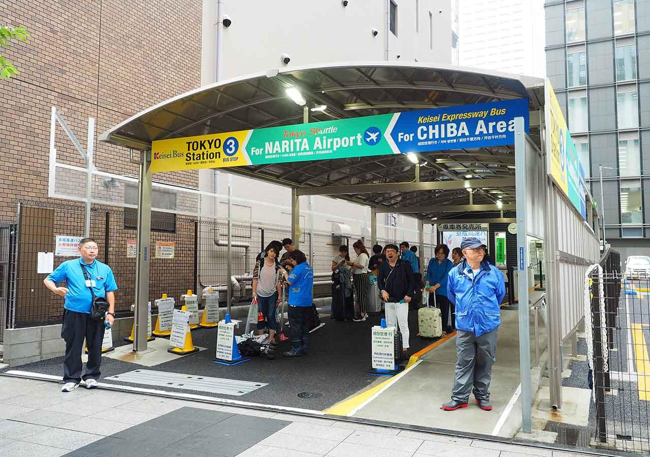 東京 東京駅の東京シャトルの乗り場(京成バス3番乗り場) 待合室