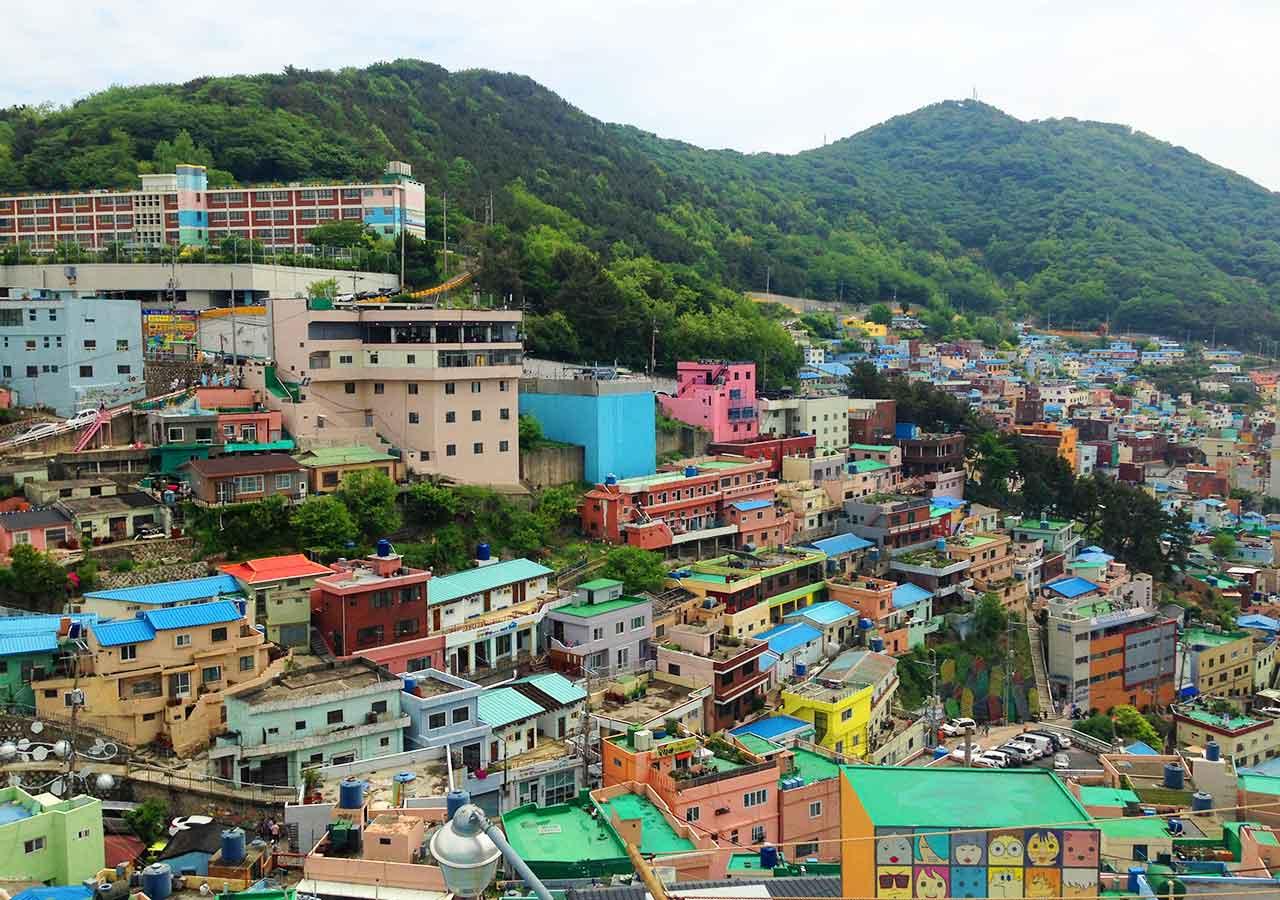 釜山観光 甘川文化村のカラフルな景観