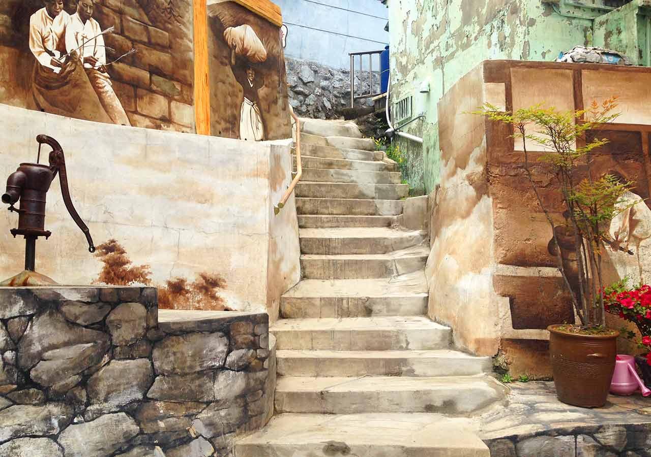 釜山観光 本の階段の先にある写実的な壁画