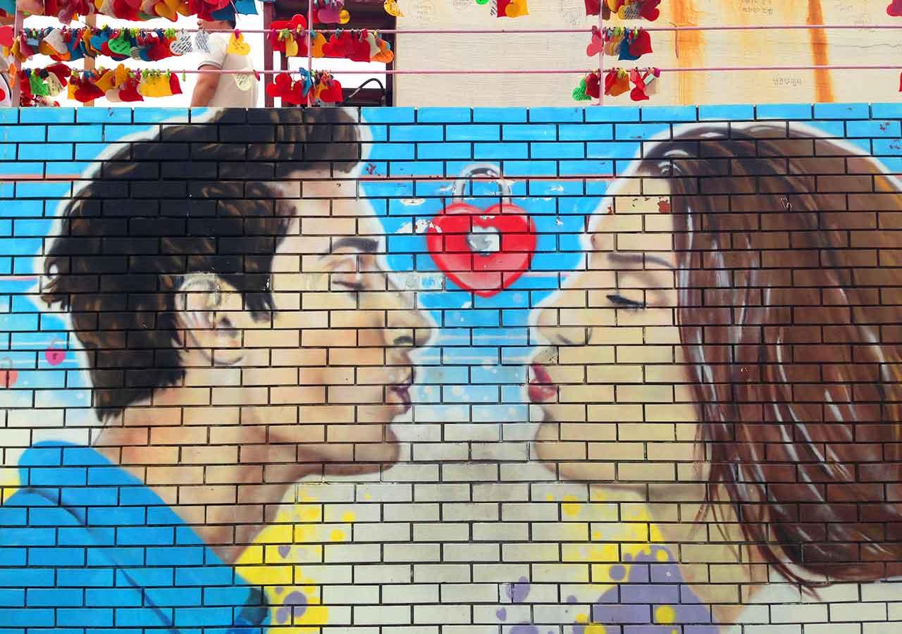 釜山観光 甘川文化村の恋人たちがキスする間際の壁画