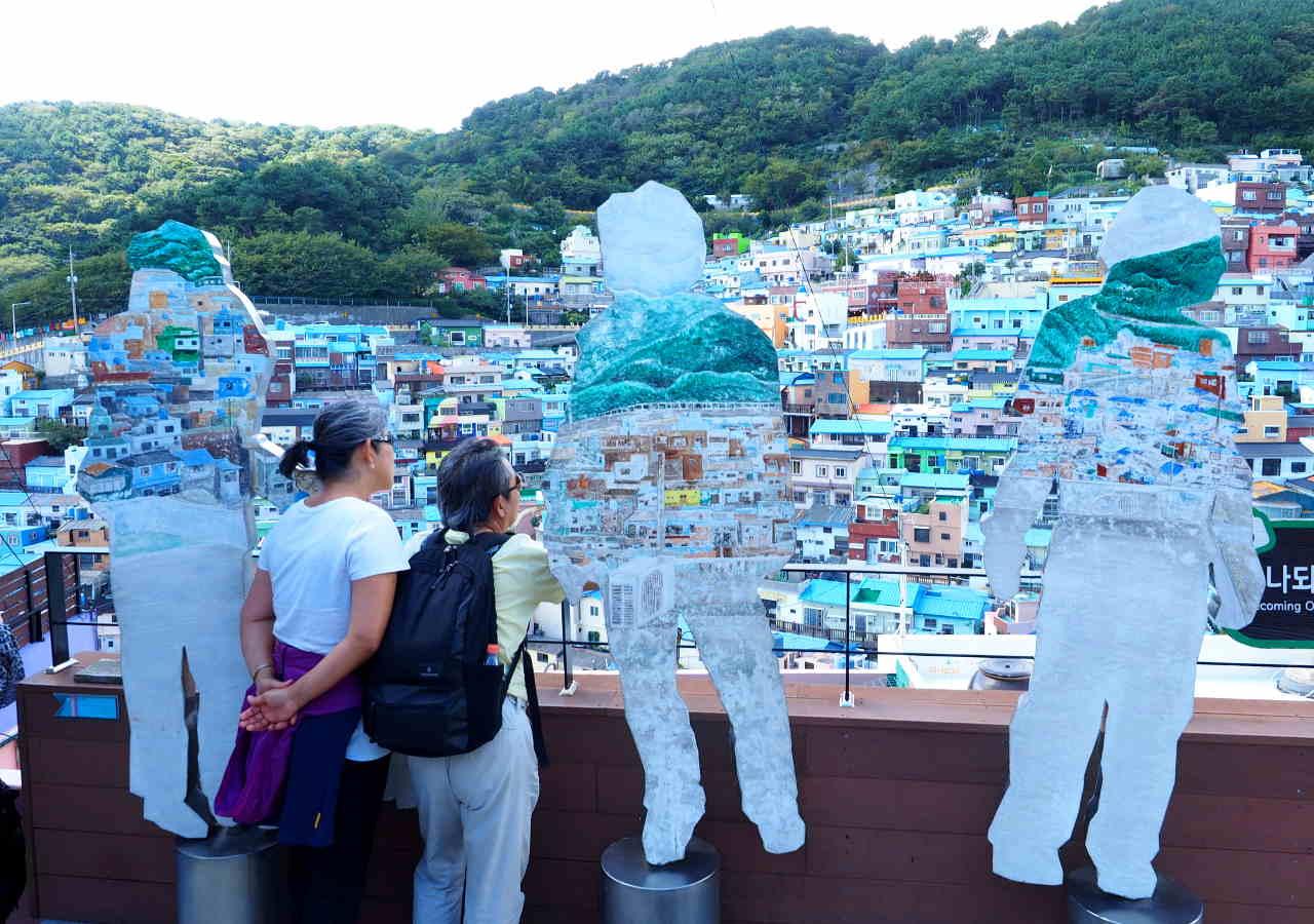釜山観光 甘川文化村の作品「甘川と一つになる」