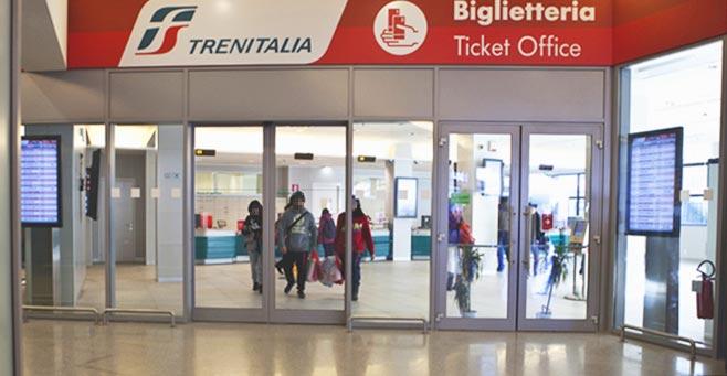 ミラノからベネチアに鉄道で移動 トレニタリア チケットカウンター