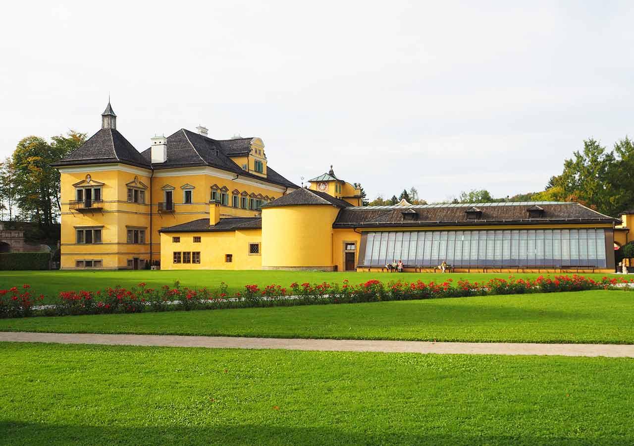 ザルツブルク観光 ヘルブルン宮殿 庭園から見える宮殿