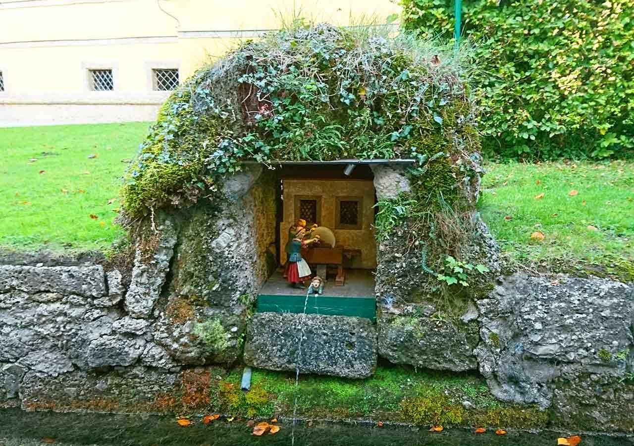 ザルツブルク観光 ヘルブルン宮殿 トリックファウンテン(Trick fountain)の水力で動く人形