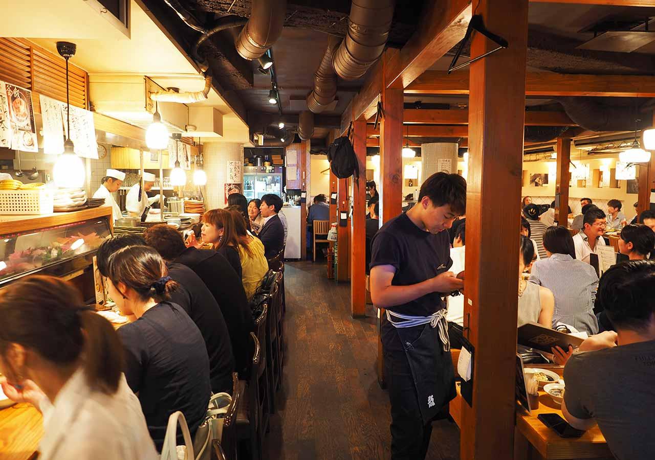 東京観光 池袋の海鮮居酒屋 魚金・池袋店の店内