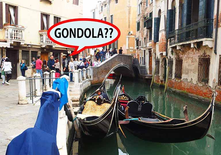 ベネチア観光 橋の上にいるゴンドリエーレ(GONDOLIERE)