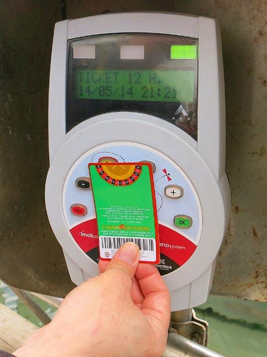 ベネチア観光 ヴァポレット(VAPORETTO)のチケットを乗り場の機械にかざしている画像