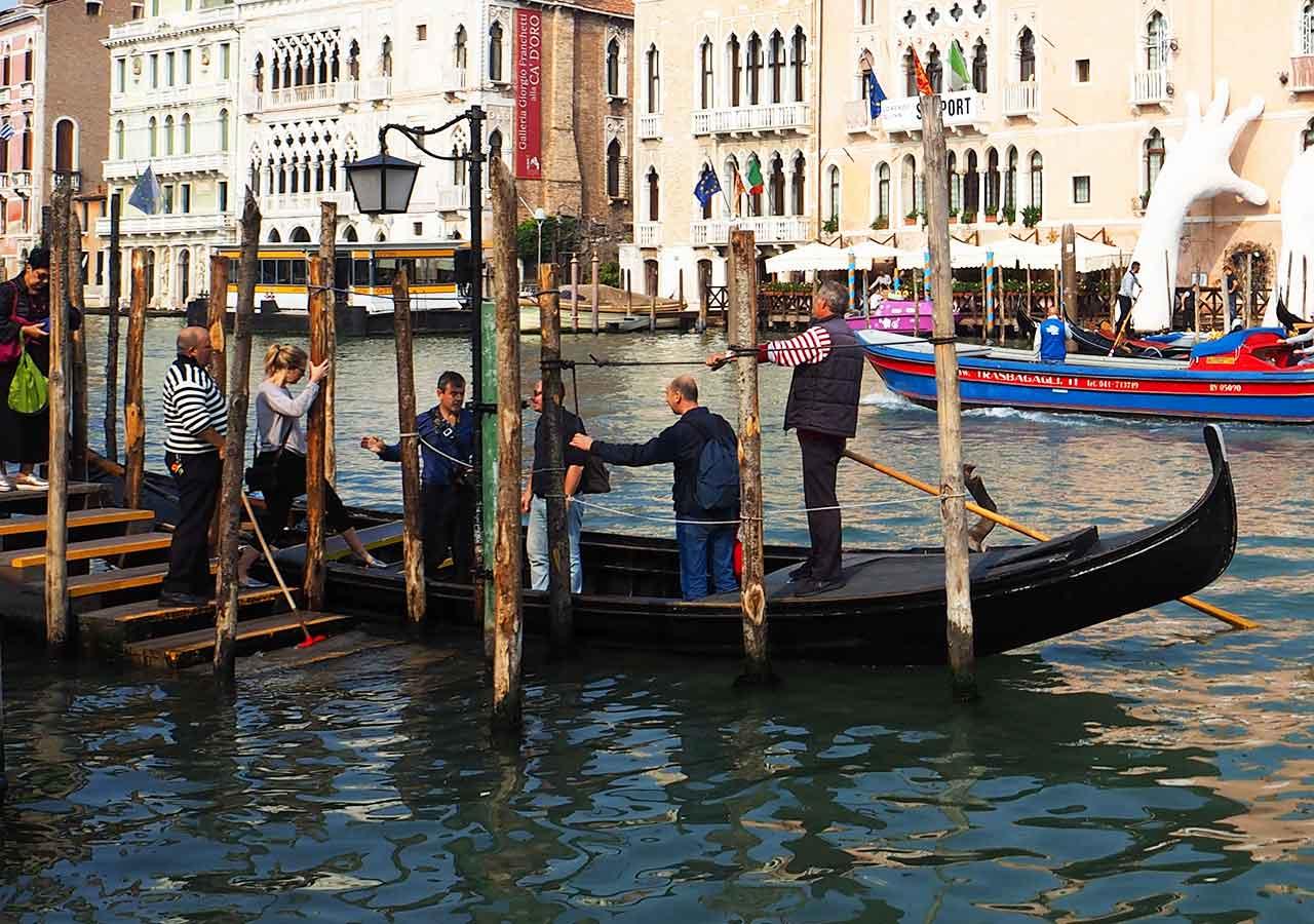 ベネチア観光 2ユーロで乗れるゴンドラ・トラゲット