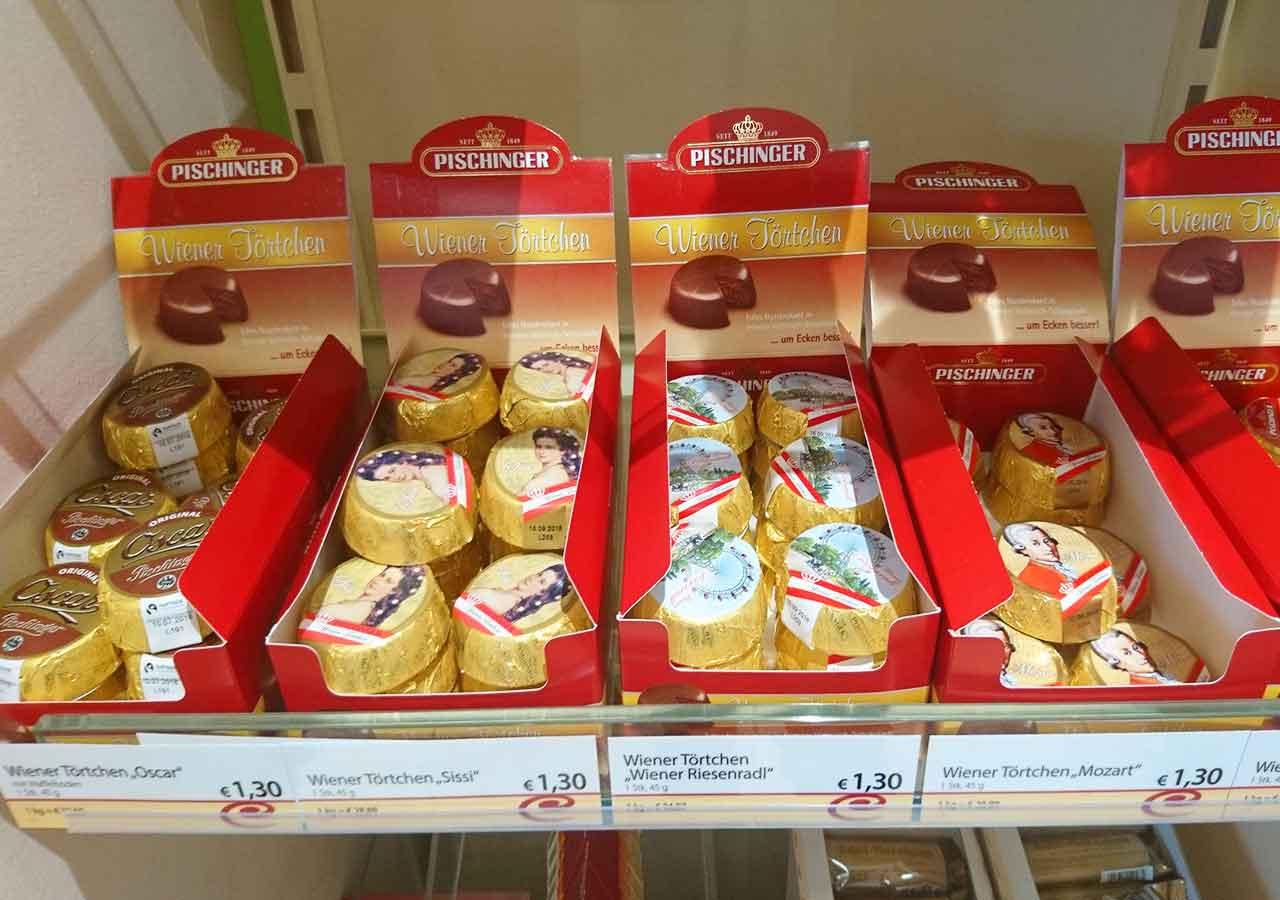 オーストリア・ウィーンのお土産 お土産屋さんのWiener Törtchen(チョコとヘーゼルナッツのお菓子))