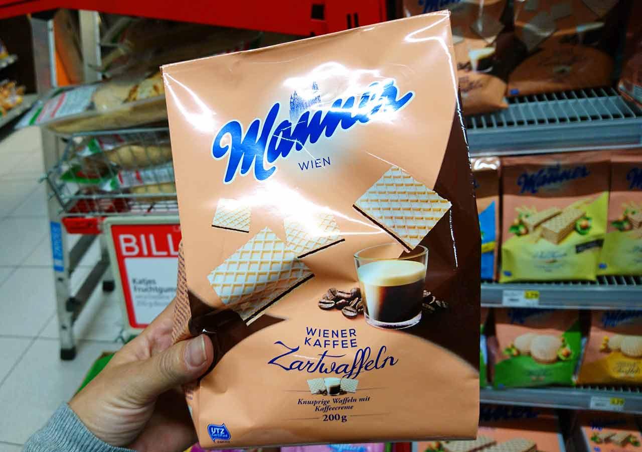 オーストリア・ウィーンのお土産 スーパーのマンナーのウエハース(Manner Waffeln) 正方形コーヒークリーム