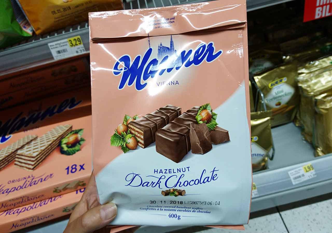 オーストリア・ウィーンのお土産 スーパーのマンナーのウエハース(Manner Waffeln) ダブルチョコレートコーティング