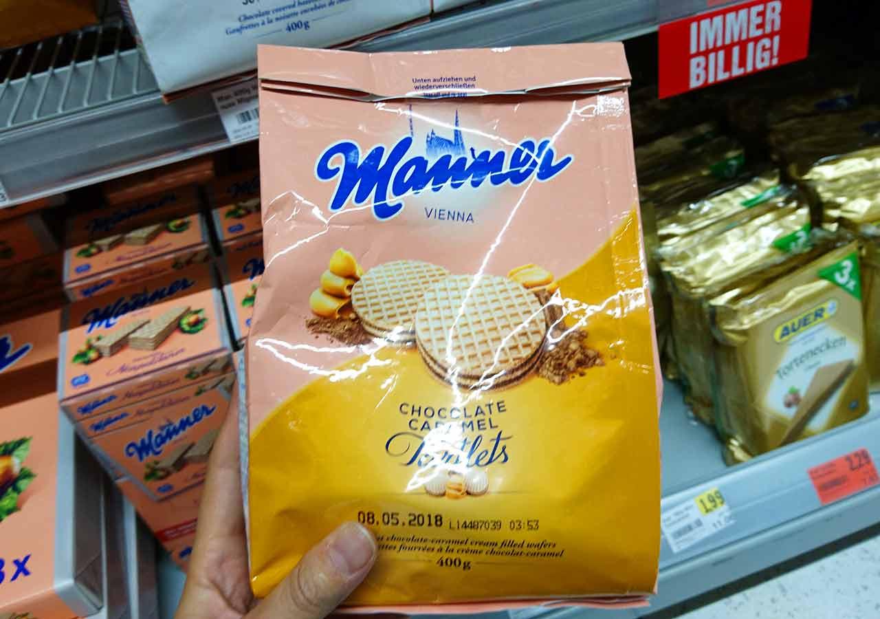 オーストリア・ウィーンのお土産 スーパーのマンナーのウエハース(Manner Waffeln) 丸型チョコレートキャラメルクリーム