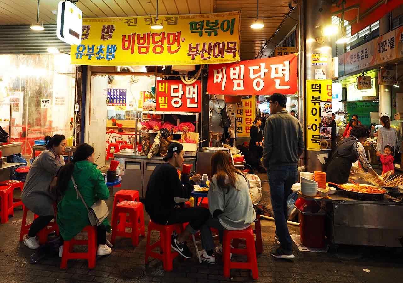 釜山観光 南浦洞(ナンポドン) 国際市場(クッチェシジャン)の屋台 テーブル席