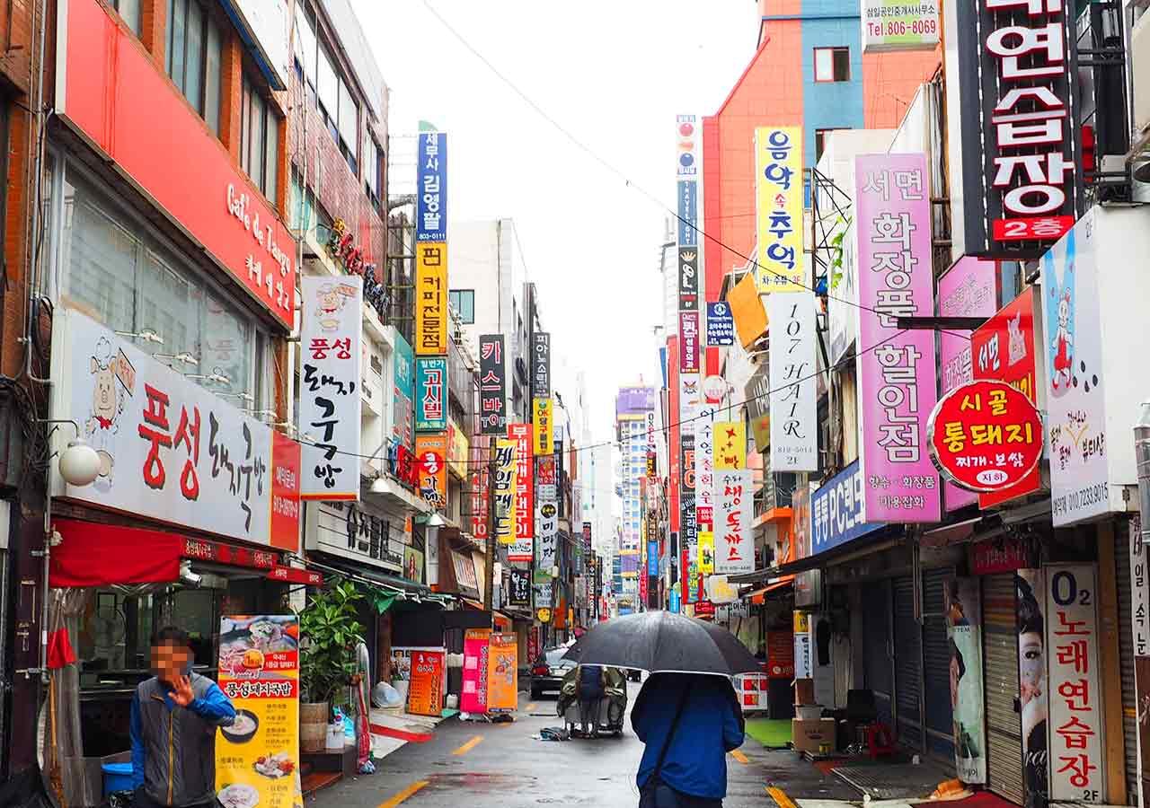 釜山の名物グルメデジクッパ 西面のデジクッパ通り
