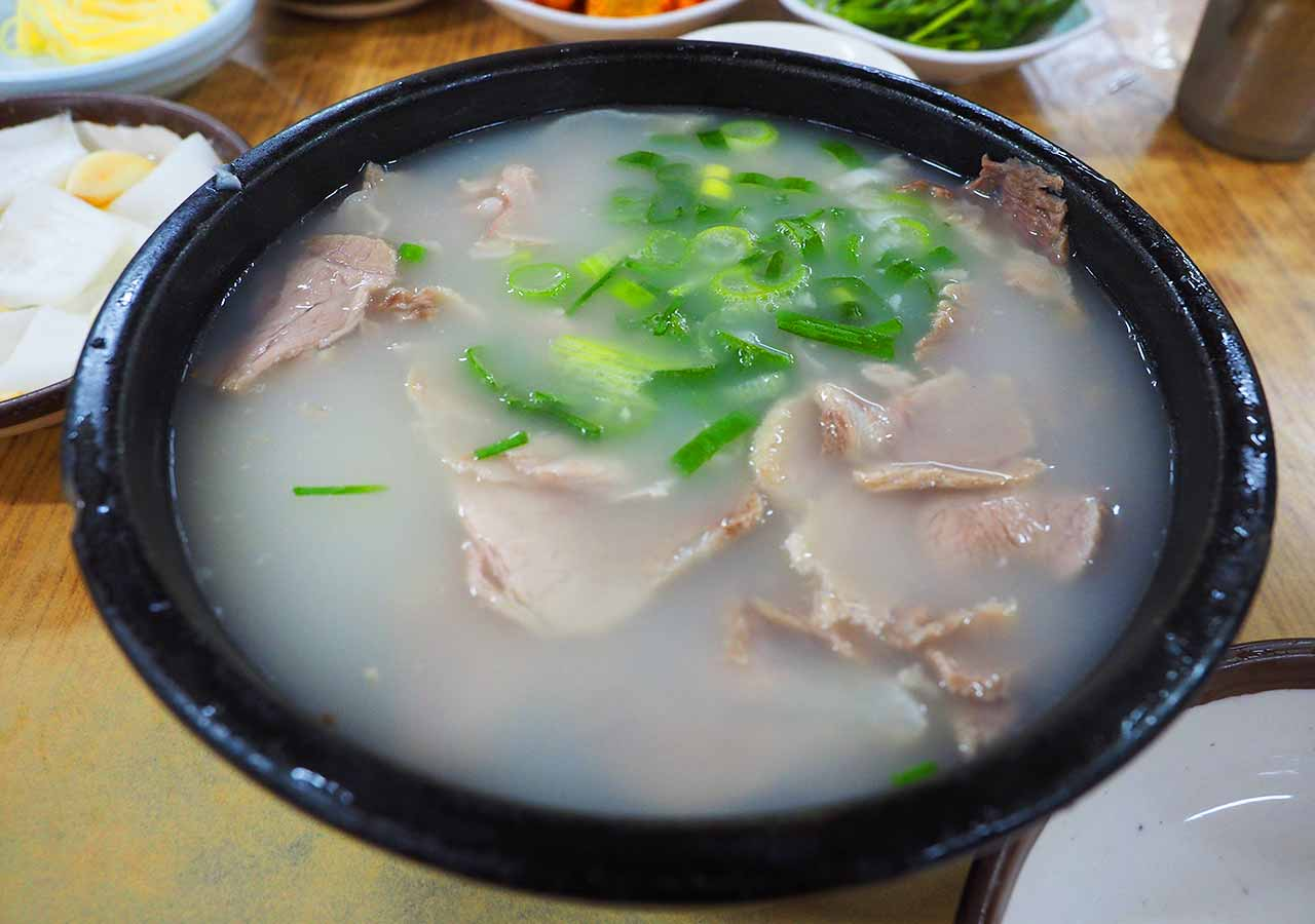 釜山の名物グルメ 西面デジクッパ通りの浦項(ポハン)デジクッパ 料理