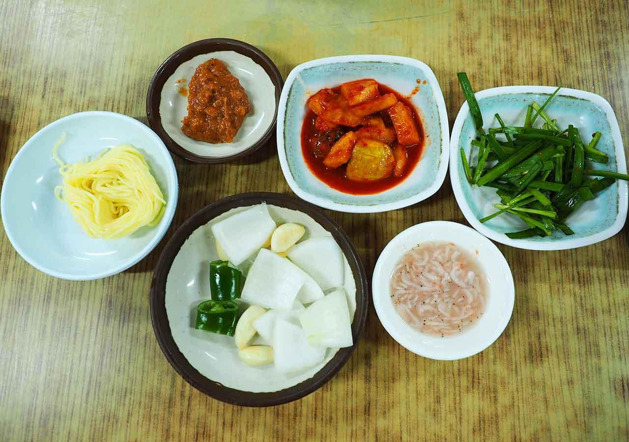 釜山の名物グルメ 西面デジクッパ通りの浦項(ポハン)デジクッパ 小鉢